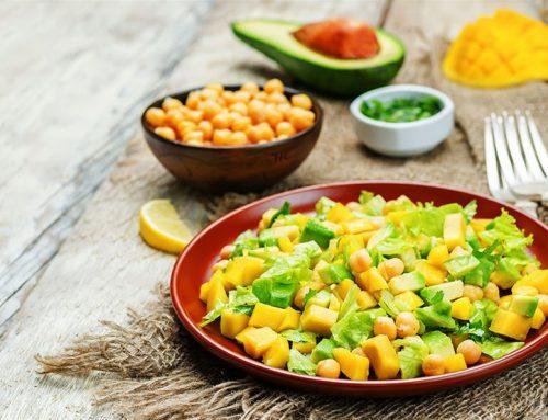 Σαλάτα με ρεβίθια, αβοκάντο και μάνγκο