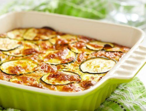 Κολοκυθάκια με ντομάτες και γραβιέρα στο φούρνο