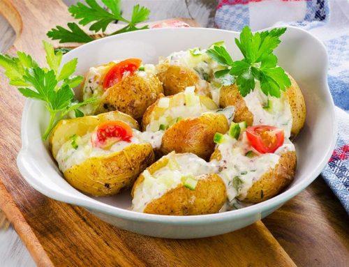 Πατάτες γεμιστές με θαλασσινά και σάλτσα λεμονιού