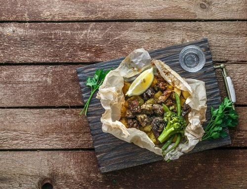Κατσικάκι κλέφτικο στη λαδόκολλα με πατάτες