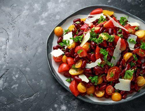 Δροσερή σαλάτα με κόκκινα φασόλια, ντοματίνια και βινεγκρέτ εσπεριδοειδών