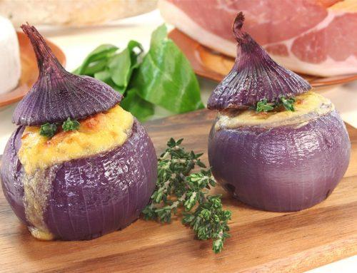 Κρεμμύδια γεμιστά με μπεσαμέλ και ποικιλία τυριών