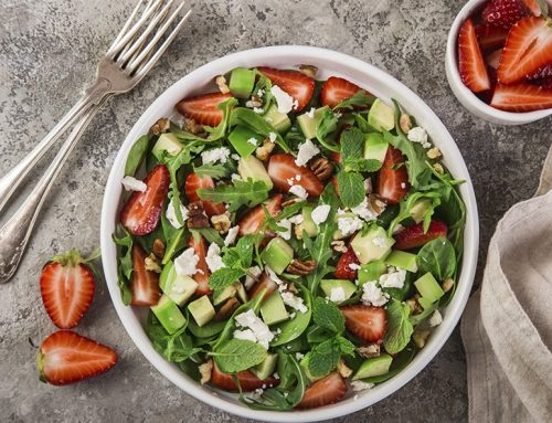 Πράσινη σαλάτα με φράουλες, αβοκάντο και λαδολέμονο με πορτοκάλι