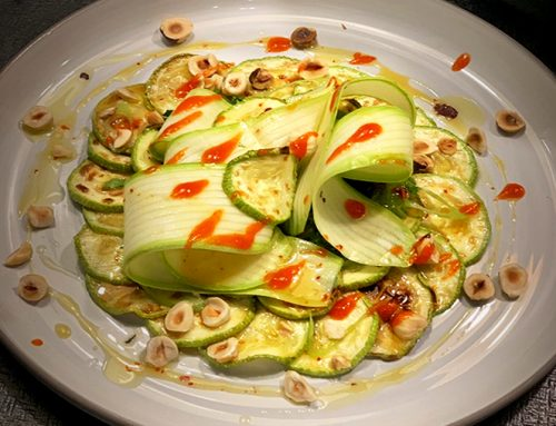 Νηστίσιμη σαλάτα με ψητά και ωμά κολοκυθάκια, φουντούκια και σάλτσα πιπεριάς Φλωρίνης με εξτρά παρθένο ελαιόλαδο Χρυσελιά