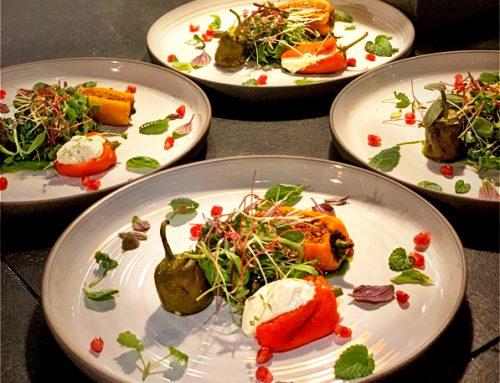 Δροσερή σαλάτα φρέσκων μυρωδικών και πιπεριές γεμιστές με κατίκι Δομοκού, καρύδια και ελαιόλαδο Χρυσελιά
