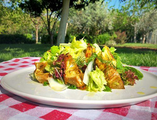 Ανοιξιάτικη σαλάτα με ψητές αγκινάρες, κεφαλοτύρι και βινεγκρέτ ανήθου με ελαιόλαδο Χρυσελιά.