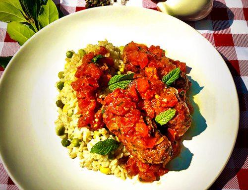Σουτζουκάκια με μαύρα ρεβύθια, αρωματική σάλτσα ντομάτας και πιλάφι με ελαιόλαδο Χρυσελιά.